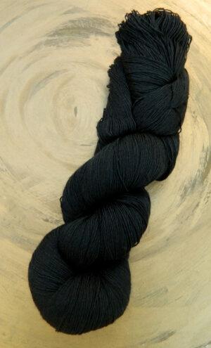 © Die Maschen zum Glück | Traumseide Schwarz von Atelier Zitron 100% reine Maulbeerhaspelseide. Weltbeste Seide zum Handstricken