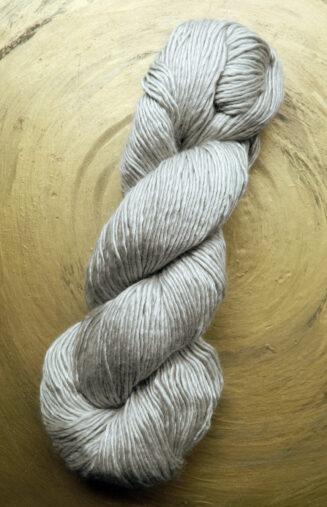 © Die Maschen zum Glück | Wolle-Seidengarn Lichtgrau | Maulbeerseide mit Merinowolle von Seehawer & Siebert