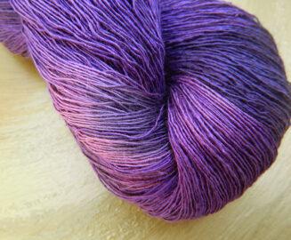 © Die Maschen zum Glück | Traumseide Lavendelblütenmeer handgefärbt Atelier Zitron
