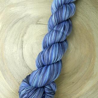 6 Karat Blauer Planet | Schoppel Wolle | Schurwolle Merino extrafein mit Seide | © Die Maschen zum Glück