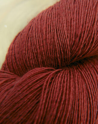 Atelier Zitron Traumseide Cranberry | Lacegarn, 100% Maulbeerhaspelseide | © Die Maschen zum Glück